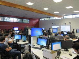 Des étudiants de l'ESTP assistent à un cours dans la salle informatique de Building Information System (BIM).