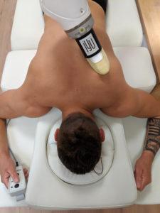 Le robot prodigue un massage à une personne
