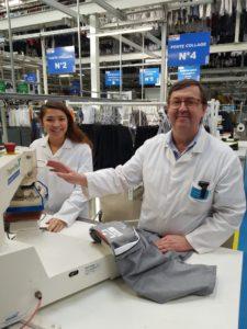 Thierry Marin et Marion Jousset nous montre un poste de travail