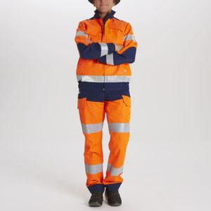 Une opératrice arbore la tenue Luklight haute visibilité.