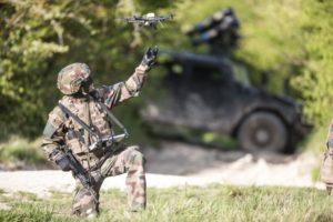 Un soldat de l'Armée de terre active le drone NX70 de Novadem.