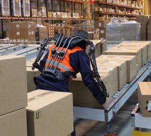 Cet exosquelette prend le relais sur l'opérateur pour soulever un carton, et prévenir ainsi les risques de troubles musculo-squelettiques.