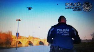 Un policier madrilène pilote un drone pour interpeller les promeneurs contrevenants aux règles de confinement total.