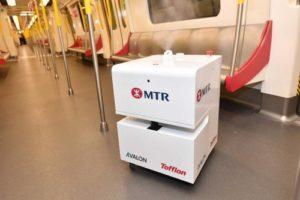 Le robot nettoyeur VHP nettoie une rame du métro hongkongais.