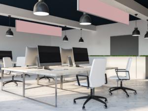 Des panneaux pour absorber les nuisances sonores sont installés au dessus des bureaux en open-space.
