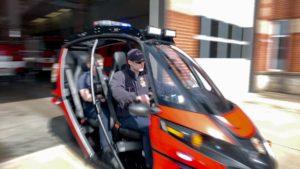 Deux pompiers démarrent en vitesse le Rapid Responder pour se rendre sur les lieux d'un accident.