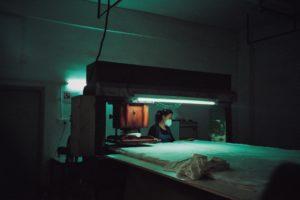 Une ouvrière porte un masque dans une usine à Shenzen.