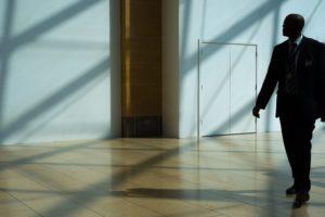 agent-securite-surveillance-hall-entreprise