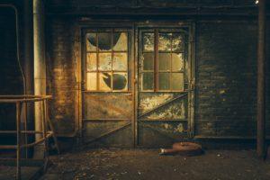 Image illustrative d'une porte d'usine en ruine.
