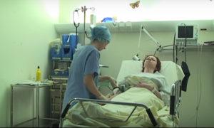 infirmiere-au-chevet-d-une-malade