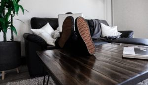 un-homme-d-affaires-travaille-sur-son-lap-top-les-pieds-sur-la-table-basse