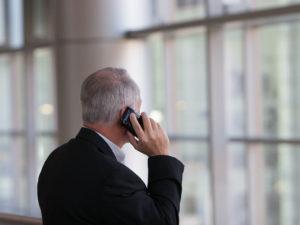 un-senior-au-téléphone