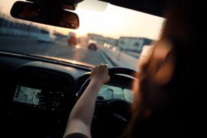 une-femme-conduit-au-volant-d-une-voiture