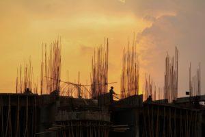 artisans-sur-un-chantier-de-construction-dans-le-soleil-couchant-