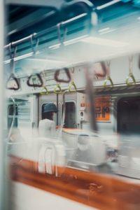 une-jeune-femme-porte-un-masque-dans-une-metro-coreen