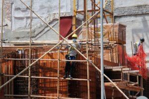 ouvrier-arbore-masque-de-protection-sur-un-chantier-macau