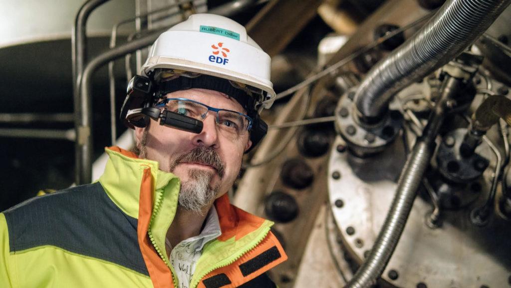 Grace-aux-lunettes-connectees-que-porte-ce-technicien-d-EDF- l-expert-lui-indique-les-manoeuvre-a-executer.