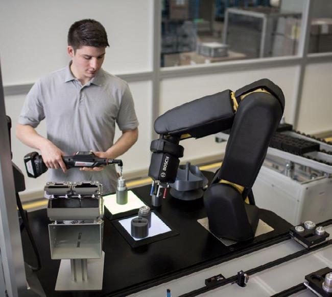L-operateurn-a-pas-besoin-de-savoir-programmer-pour-interagir-avec-son-robot-collaboratif