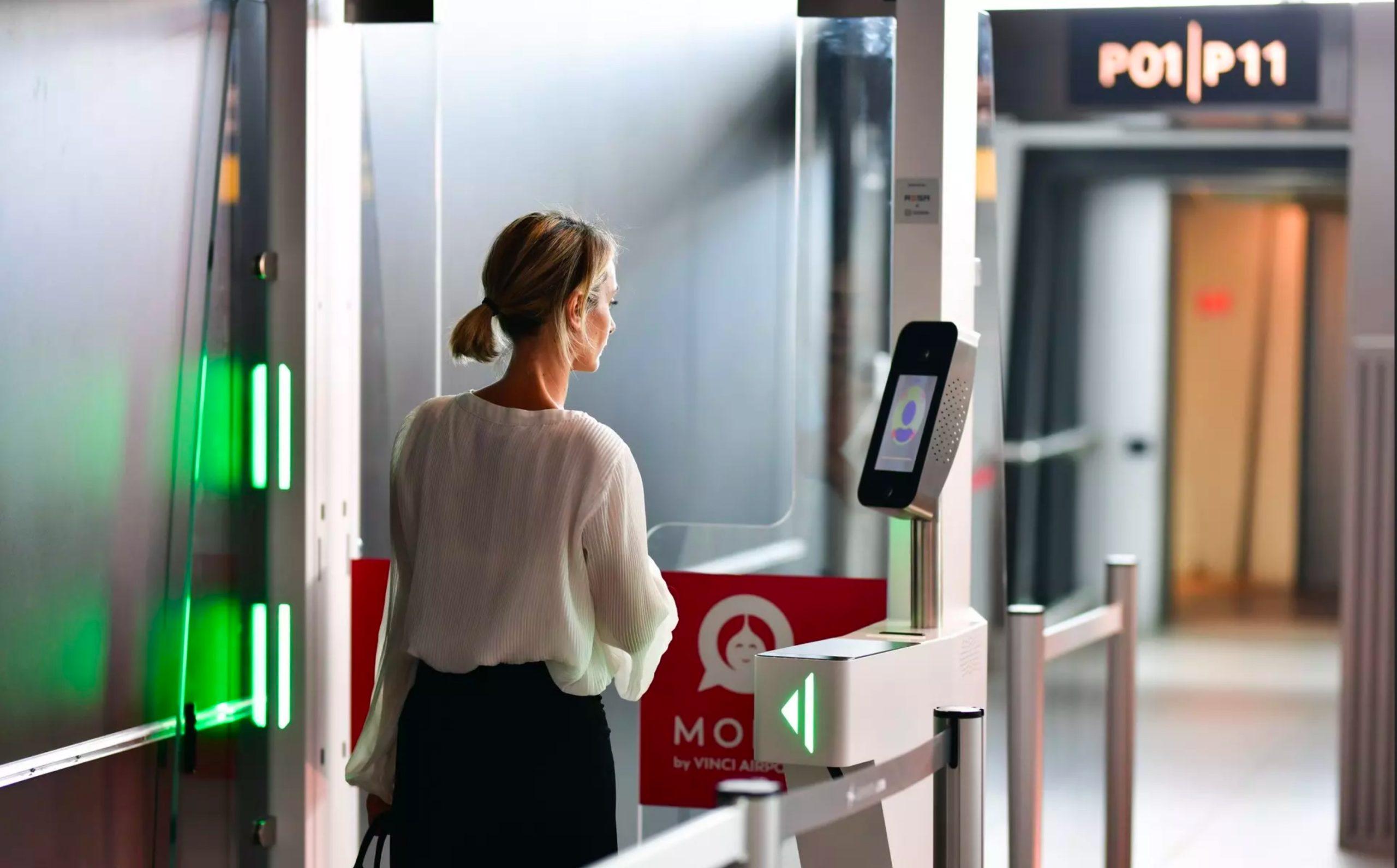 le-voyageur-passe-les-controles-aeroportuaires-avec-des-bornes-de-reconnaissance-faciale