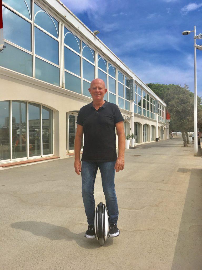 Olivier-Pavie-utilise-son-gyroroue-pour-ses-deplacements-quotidiens