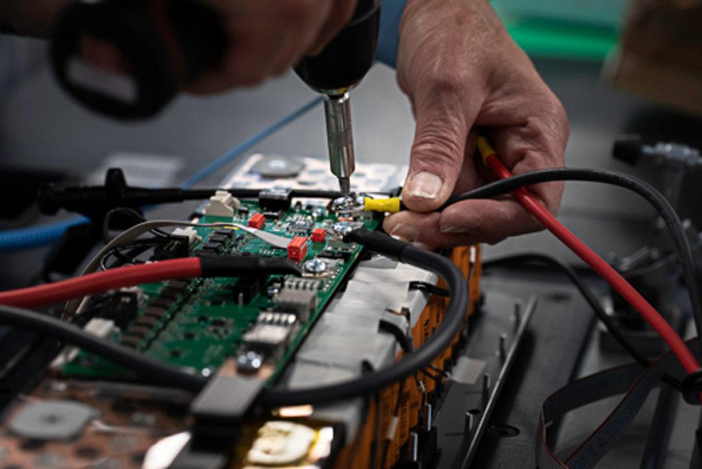la-nouvelle-ligne-de-production-semi-automatique-de-tecsup-permet-de-passer-avec-souplesse-d-une-campagne-de-fabrication-de-batteries-pour-le-charles-de-gaulle-a-des batteries-pour-respirateurs-artificiels-utilisees-dans-le-transport-des-patients-atteints-de-la-covid-19.