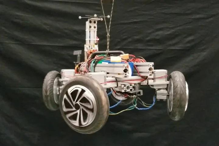 argo-dispose-de-quatres-roues-motrices-qui-se-transforment-en-roues-de-reaction-en-cas-de-chute-libre