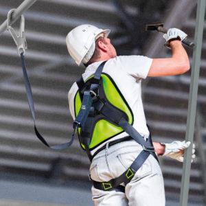 La-couleur-verte de-la-plaque-dorsale permet-au-chef-de-chantier-de-verifier-que-l-opérateur-porte-bien-son-anti-chute