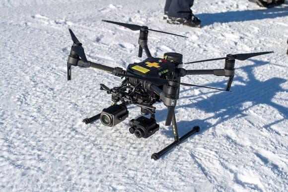 grace-a-sa-camera-thermique-le-drone-peut-reperer-une-personne-sous-la-neige