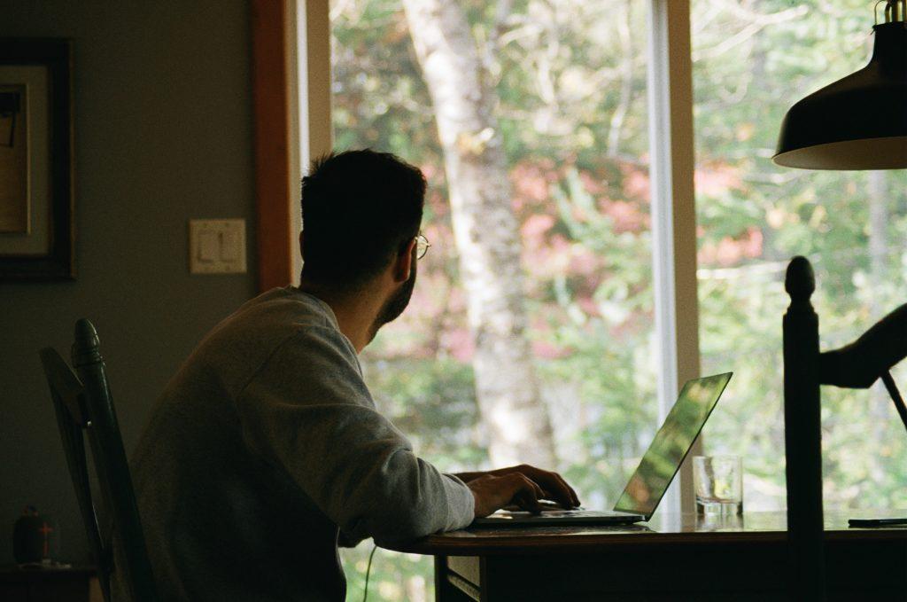 depuis-fin-octobre-les-salaries-qui-peuvent-accomplir-leurs-taches-a-distance-sont-soumis-au-teletravail