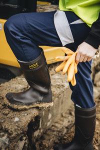 la-botte-arvalt-en-polyurethane-evite-les-risques-de-chute-sur-les-chantiers-boueux