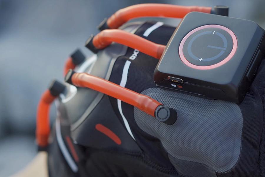 l-attelle-possede-cinq-airbags-relies-par-un-tuyau-en-silicone-a-un-boitier-de-commandes
