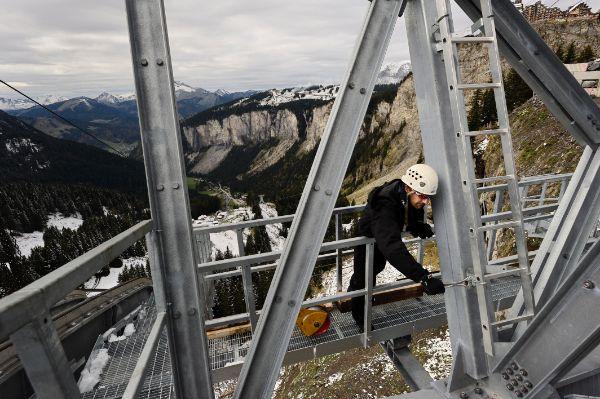 travail-en-altitude-de-construction-d-un-telepherique-en-montagne