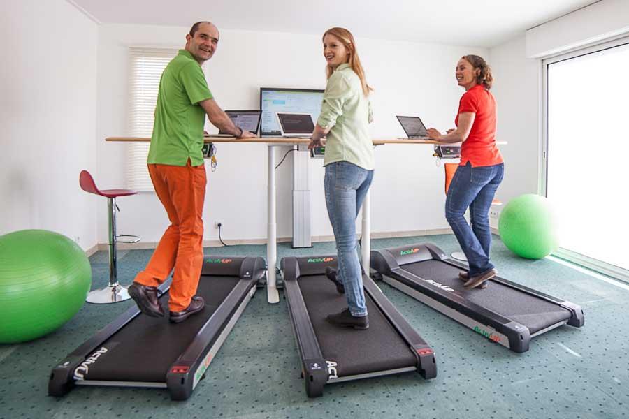 Les-reunions-debout-sur -un-tapis-de-travail-permettent-de-combattre-la-sedentarite