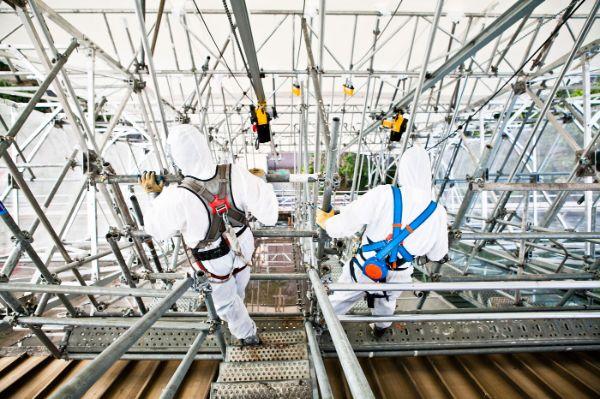 operateurs-sur-un-echafaudage-d-un-chantier-de-desamiantage