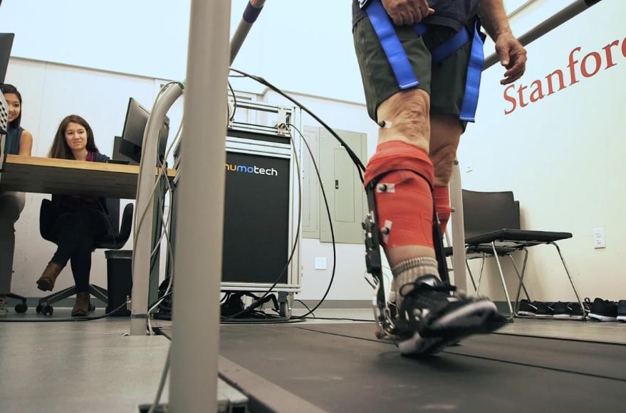 l-exosquelette-fournit-un-assistant-motorise-a-fixer-aux-chevilles-et-aux-mollets