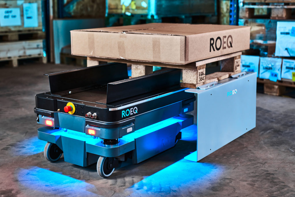 le-robot-se-combine-a-un-rack-a-palette