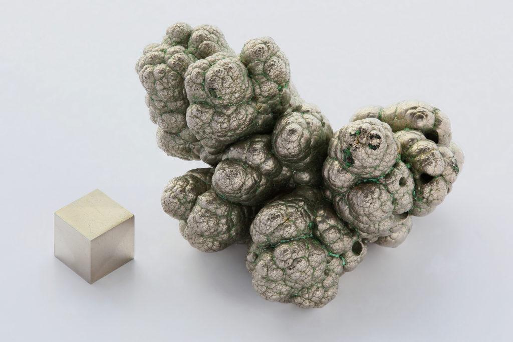 nodule-de-nickel-pur-(99,9%)-raffine-par-electrolyse-a-cote-d-un-cube-de-1-cm3.