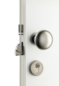la-porte-s-ouvre-avec-un-badge-ou-un-smartphone